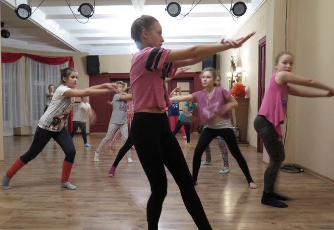 https://mok.leknica.pl/wp-content/uploads/2016/02/Sekcja-tańca-współczesnego-11.jpg